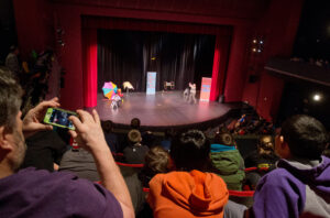 World photo/Don Seabrook Students from Washington Elementary School watch Garry Krinsky's educational performance.
